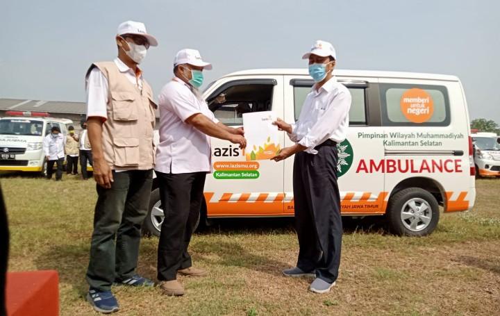 Lazismu Jatim bantu ambulans Lazismu Kalsel. Bantuan diserahkan saat Apel Siaga Ambulans Lazismu se-Jatim di Lapangan dan Gedung Fikes, Kampus III Umsida, Sabtu (11/09/21).