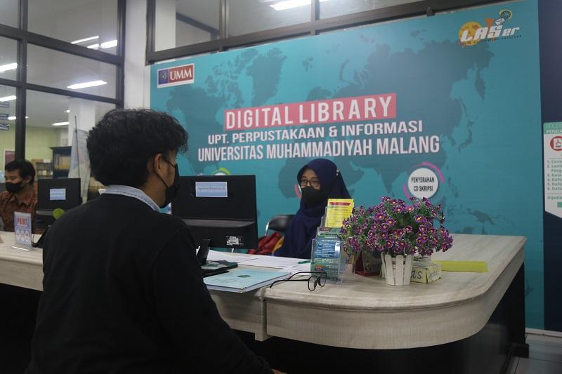 Perpusnas RI memberikan penghargaan pada perpustakaan UMM sebagah salah satu dari sepuluh kontributor data tertinggi portal Indonesia One Search (IOS).