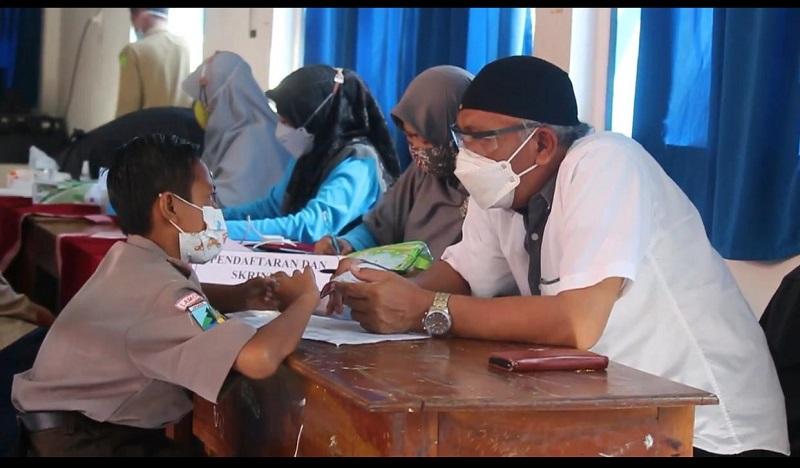 Pukesmas Laren Lamongan melaksanakan vaksinasi di SMP Muhammadiyah 8 Laren, Rabu (8/9/21).