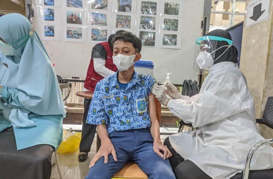 Vaksinasi SMP Musasi yang menyasar hampir seluruh siswa membuat tenang wali siswa. Upaya tersebut sebagai pencegahan penyebaran Covid-19.