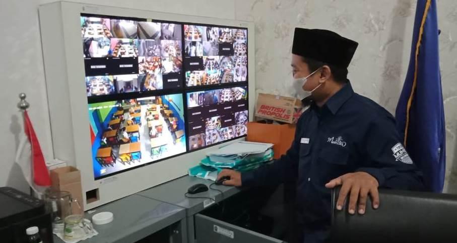 SD Muhida pasang 60 CCTV pantau penerapan protokol kesehatan setiap ruang kelas. Jumlah tersebut belum termasuk yang ada di halaman sekolah.