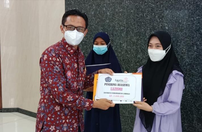 Rektor Umla, Abdul Aziz Alimul Hidayat saat memberikan beasiswa Lazismu bagi 20 Mahasiswa Umla (Alfain Jalaluddin/PWMU.CO)