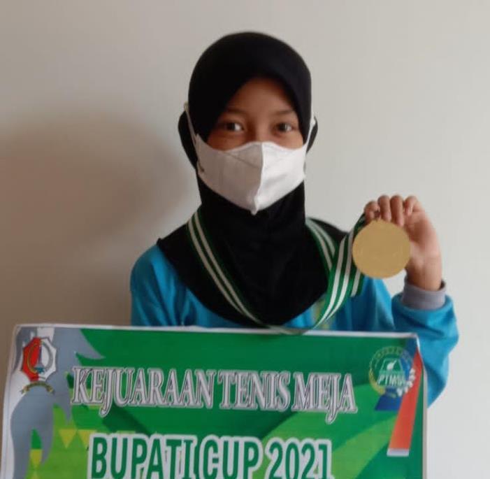 Petenis meja cilik MI Mutu Kedungadem Malika Izzatul Husna, raih juara II dalam Kejuaraan Tenis Meja Bupati Cup 2021, Ahad (10/10/21).